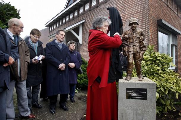 Sculptor Riet van der Louw unveils statue of young German soldier Karl-Heinz Rosch 4 November 2008